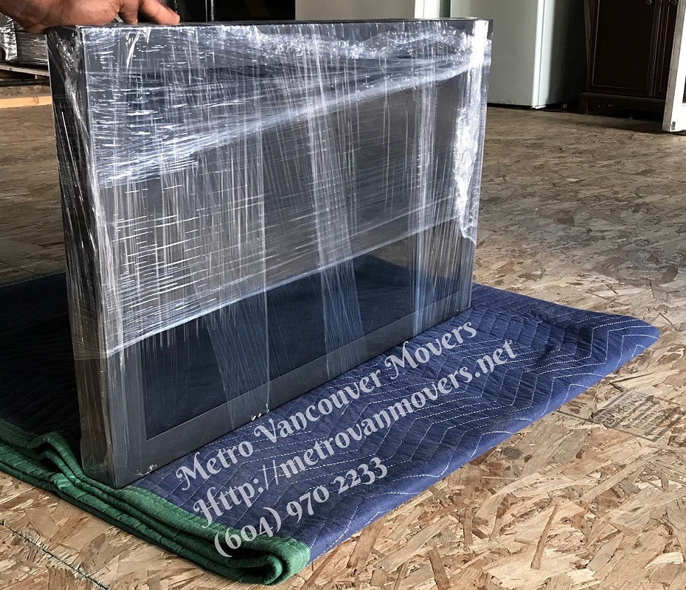 how to move a flat screen tv without a box
